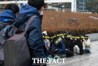 [TF포토] '첸의 탈퇴를 요구합니다'…거리로 나온 엑소 팬들
