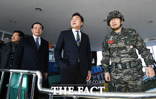 손학규 바른미래당 대표(가운데)가 20일 오전 인천 강화군 평화전망대 OP를 격려방문해 해병대 제2사단 백경순 사단장(오른쪽)에게 부대 현황보고를 받고 있다. / 인천=배정한 기자