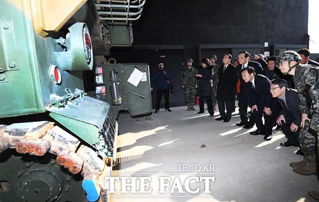 손학규 바른미래당 대표(오른쪽 세번째)가 20일 오전 인천 강화군 해병대 제2사단 포병부대를 격려방문해 주요장비 견학 중 군 관계자의 설명을 듣고 있다. / 인천=배정한 기자