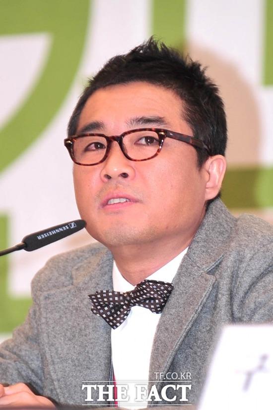 가수 김건모가 후배 가수를 성희롱했다는 의혹에 휩싸였다. /더팩트DB