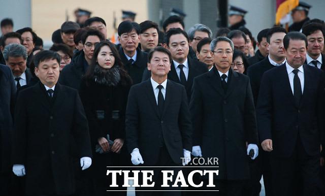 안철수 전 국민의당 대표가 20일 국립서울현충원을 찾아 김대중 전 대통령 묘역을 가장 먼저 참배한 후에 광주 5·18민주묘소로 향하면서 호남 민심 달래기에 나섰다는 분석이 나온다. /동작=임세준 기자