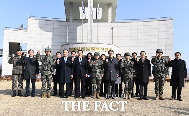 손학규 바른미래당 대표((왼쪽 일곱번째))와 김중로 의원(왼쪽 여섯번째), 김성식 의원(왼쪽 아홉번째)이 20일 오전 인천 강화군 평화전망대 OP를 격려방문해 부대 현황보고를 받은 뒤 기념사진 촬영을 하고 있다. / 인천=배정한 기자