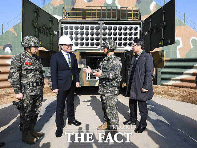 손학규 바른미래당 대표(왼쪽 두번째)가 20일 오전 인천 강화군 해병대 제2사단 포병부대를 격려방문해 주요장비 견학 중 군 관계자의 설명을 듣고 있다. / 인천=배정한 기자