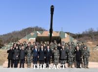 [TF포토] 손학규 대표, '자주국방 파이팅!'