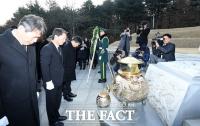 [TF포토] 박정희 전 대통령 묘역 참배하는 안철수 전 대표
