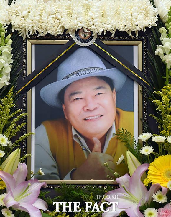 21일 오후 별세한 원로 코미디언 고 남보원(본명 김덕용)의 빈소가 서울 강남구 일원동 삼성서울병원 장례식장에 마련된 가운데 고인의 영정이 놓여 있다./사진공동취재단
