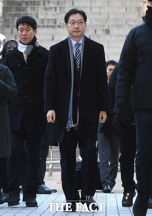 포털사이트 댓글조작을 공모한 혐의로 1심에서 실형을 선고 받은 김경수 경남도지사가 21일 오전 서울 서초구 서울고등법원에서 열린 항소심 14차 공판에 출석하고 있다. /이동률 기자