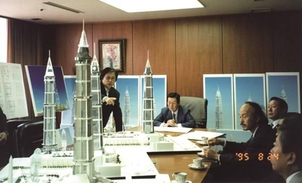 신 명예회장과 오쿠노 회장은 롯데월드타워 등 롯데그룹의 주요 건축 프로젝트를 함께하며 인연을 이어왔다. 사진 속 중앙의 타워 모형 우측으로 고 신격호 명예회장과 그 오른쪽으로 오쿠노 회장이 보인다. /롯데그룹 제공