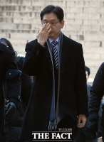 [TF포토] 안경 고쳐쓰는 김경수