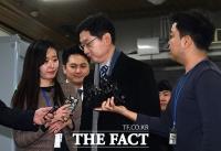 [TF포토] 답변 마치고 법정 향하는 김경수 지사