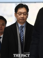 [TF포토] 법원 들어서는 김경수 지사