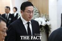 [TF포토] 빈소 나서는 구광모 LG 회장