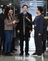 [TF포토] 취재진 질문에 답변하는 김경수