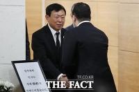 [TF포토] 구광모 LG 회장 위로 받는 신동빈 롯데 회장