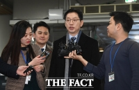 [TF포토] 취재진 질문 답하며 이동하는 김경수 지사