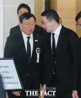 [TF포토] 신동빈 위로하는 구광모 회장