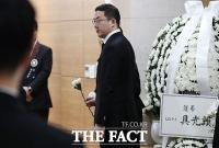 [TF포토] 신격호 빈소 찾아 헌화하는 구광모 LG 회장