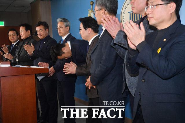 고 노무현 대통령의 사위인 곽상언 변호사(왼쪽에서 다섯 번째)가 22일 서울 여의도 국회에서 더불어민주당 입당과 총선 출마를 선언하는 기자회견을 마치고 허리 숙여 인사를 하고 있다./국회=남윤호 기자