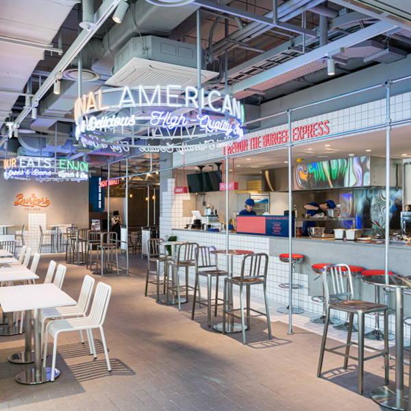백화점들이 식음료(F&B) 매장 키우기에 몰두하고 있다. 맛집을 통한 모객 효과로 온라인 시장 성장에 대응하겠다는 전략이다. 사진은 현대백화점 신촌점 푸드앨리 모습. /현대백화점 제공