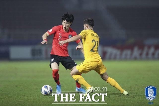 후반 11분 김대원의 선제골을 도운 오른쪽 풀백 이유현이 호주 선수와 볼을 다투고 있다. /대한축구협회 제공