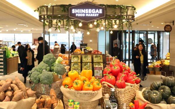신세계백화점 영등포점은 업계 최초로 백화점 1층에 식품관을 선보였다. /신세계 제공