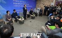 [TF포토] 청년 창업가들과 대화하는 안철수 전 대표