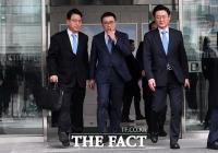 [TF포토] '집행유예 받고 법원 나서는 조용병 회장'
