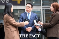 [TF포토] 법원 나서며 취재진 질문에 답하는 조용병 회장