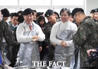 [TF포토] 배식 준비하는 하태경 대표와 유승민 의원