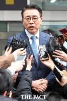 [TF포토] 취재진에 둘러싸인 조용병 신한금융지주 회장