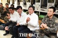 [TF포토] 훈련병들과 대화하는 유승민 의원