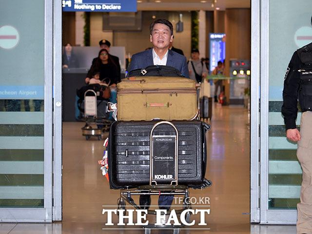 정계 복귀를 선언한 안철수 전 국민의당 대표가 19일 인천국제공항을 통해 1년 4개월 만에 귀국했다. 안 전 대표는 이후 광폭 행보를 보이고 있다. 지난 19일 제1터미널 입국장을 나서는 안 전 대표. /이덕인 기자