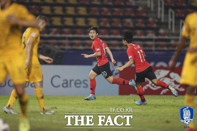 한국의 이동경(10번)이 후반 31분 추가골을 터트린 뒤 기뻐하고 있다.  이동경은 요르단과 8강전에서 '극장골'을 기록한 데 이어 2경기 연속골을 기록했다. /대한축구협회 제공