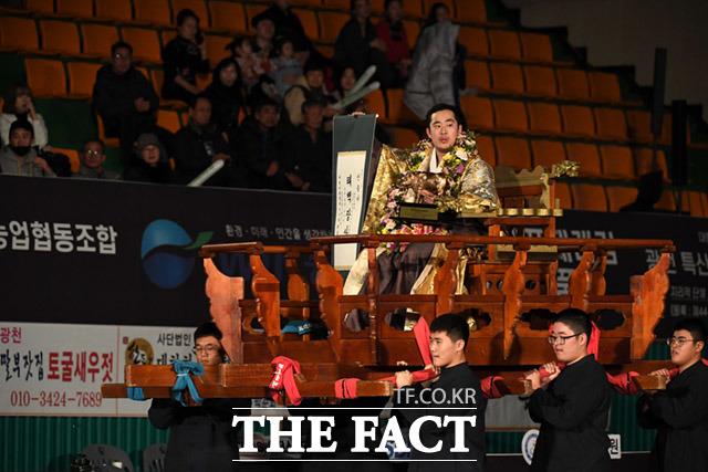 윤필재 선수(홍 샅바)가 23일 오후 충청남도 홍성군 홍주문화체육센터에서 열린 2020 홍성설날장사씨름대회 태백장사(80kg 이하) 결승전에서 우승한 뒤 가마를 타고 있다. /홍성=임세준 기자
