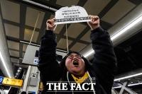 [TF포토] 이해찬 대표에게 항의하는 장애인 단체 회원