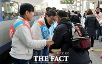 [TF포토] 귀성객 배웅하는 하태경-유승민
