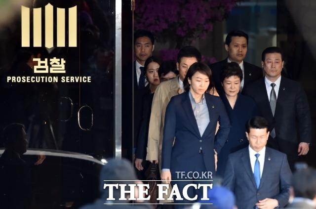 박근혜 정부 당시 불거진 국정농단·사법농단 사태에 연루된 각계 인사들이 대거 기소되며 직권남용죄에 대한 관심도 덩달아 높아졌다. 사진은 지난 2017년 3월 22일 오전 6시55분께 오전 피의자 신분으로 검찰에 소환된 박근혜(68) 전 대통령이 조사를 마친 뒤 서울 서초동 서울중앙지방검찰청을 나서고 있는 모습. /더팩트DB