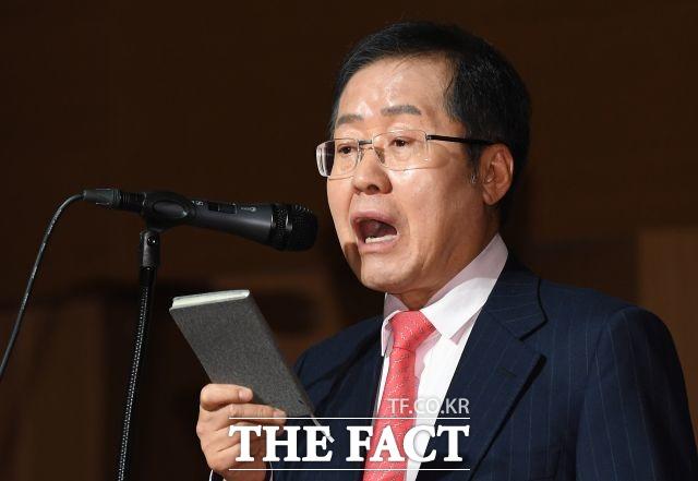 홍준표 전 자유한국당 대표가 24일 자신의 페이스북에 고향에서 총선 출마를 위해 공관위를 설득하겠다고 밝혔다. /더팩트 DB