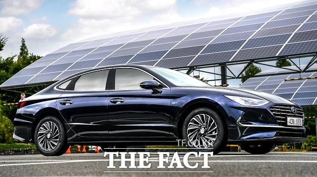 현대차의 중형 세단 쏘나타 역시 지난해 12월 기준으로 전체 판매량인 5452대 가운데 하이브리드 모델이 1225대를 기록하며 흥행을 이어가고 있다. /현대차 제공