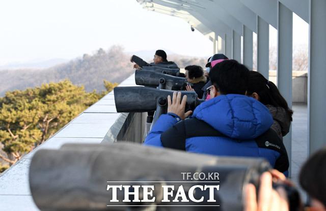 전망대를 찾은 관광객과 실향민들은 가깝고도 먼 북한을 바라본다.