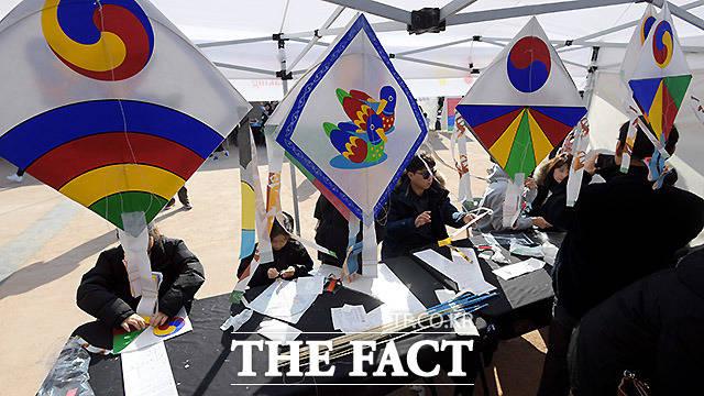 설 연휴인 26일 오후 서울 중구 남산골한옥마을에서 열린 2020 남산골 설축제, 모두의 설 행사에서 시민들이 연 만들기 체험을 하고 있다. /이효균 기자