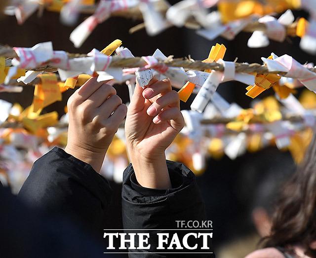 설 연휴인 26일 오후 서울 중구 남산골한옥마을에서 열린 2020 남산골 설축제, 모두의 설 행사에서 만개의 소원 체험 소원지를 작성한 시민들이 줄에 소원지를 묶고 있다. /이효균 기자