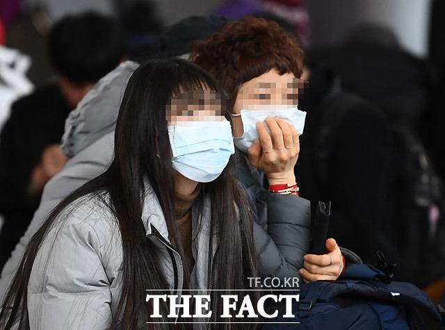 신종 코로나 바이러스 감염증 네 번째 국내 확진자가 발생한 27일 오후 서울 용산구 서울역에서 귀경객들이 마스크를 쓴 채 열차를 기다리고 있다.  /이동률 기자