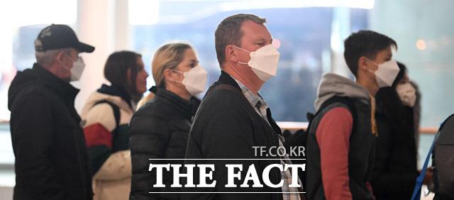 설날인 25일 오후 인천국제공항 제1터미널에 입국하는 관광객들이 우한 폐렴(신종 코로나바이러스)으로 인해 마스크를 끼고 입국하고 있다. /임세준 기자