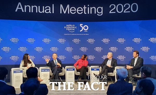 황창규 KT 회장(왼쪽에서 두 번째)이 지난 20일부터 24일(이하 현지시간)까지 스위스 다보스에서 진행된 2020 세계경제포럼 연례총회 '다보스포럼'에 참석했다. /KT 제공
