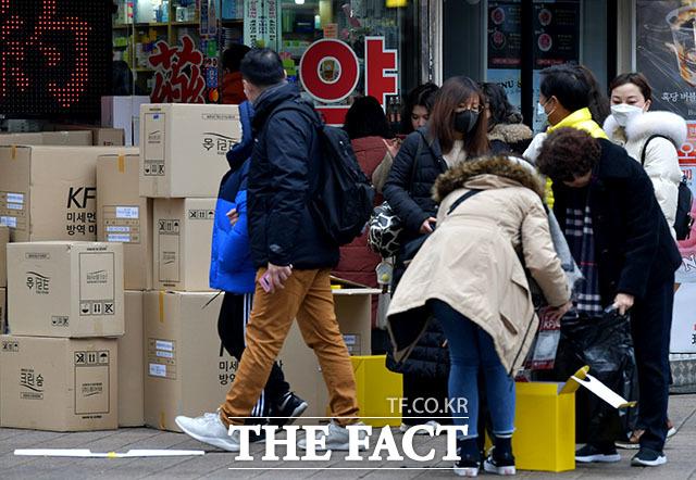 신종 코로나 바이러스 감염증인 우한 폐렴 공포가 확산되고 있는 가운데 28일 오전 서울 중구 명동의 한 약국을 찾은 고객들이 마스크를 구매하고 있다. /이덕인 기자