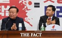 [TF사진관] '솔선수범'…코로나바이러스 대비 손 소독하는 자유한국당