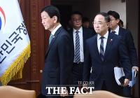 [TF포토] 신종 코로나바이러스 긴급 회의 참석하는 진영-홍남기