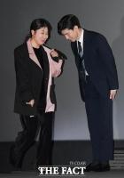 [TF포토] '보좌관' 김무열 에스코트 받는 '3선 의원' 라미란