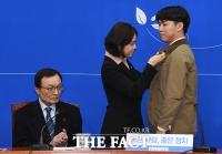 [TF포토] 당 배지 받는 조동인 대표